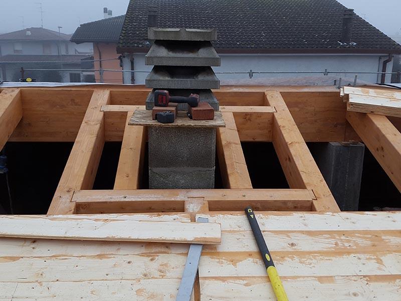 particolare della realizzazione del camino su un tetto ventilato