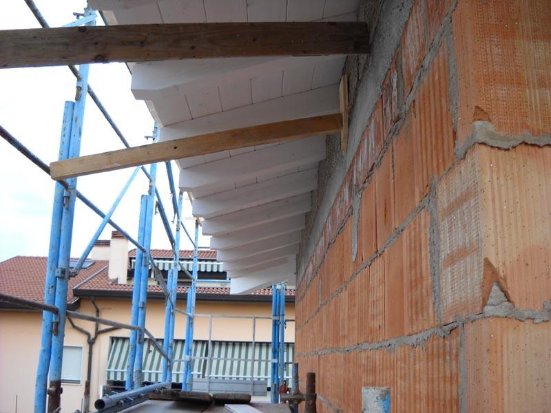 particolare della travatura bianca su un tetto ventilato in legno