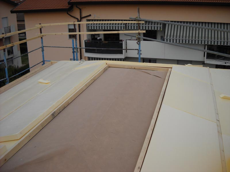 Particolare dell'avanzamento dei lavori nella realizzazione di un tetto ventilato